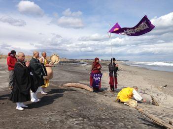 2014年3月福島県海岸で曹洞宗僧侶と日本山妙法寺僧侶と信者はお経します