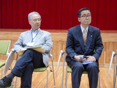 Yamaoka (right) with RSE Representative Dr. Makio Takemura, President of Toyo University