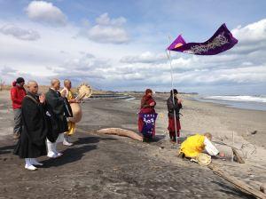 Soto Zen priests join Nipponzan Myohoji priests in prayer on the beaches of Fukushima (March 2014)