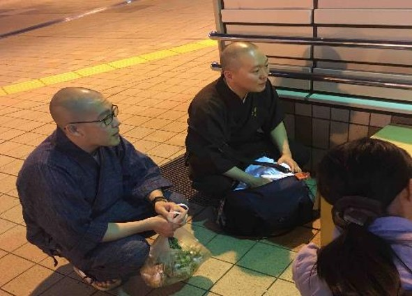 Rev. Gakugen Yoshimizu (center) training Rinsho Buddhist chaplains while supporting the homeless
